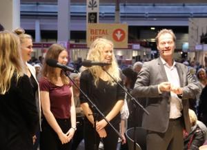 Knud Romer var på scenen med et dejligt pigekor, der sang flere af hans vers fra den ABC, han udgav tidligere på året med smukke billeder af John Kørner.