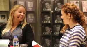 """Signe Langtved Pallisgard debuterede tidligere på året med sin roman """"Et andet sted"""", som hun har rejst landet rundt med. Over 50 gange i løbet af dette år har hun stået overfor en flok læsere og fortalt om arbejdet med bogen. Her er det Julia Lahme, der vil vide mere."""