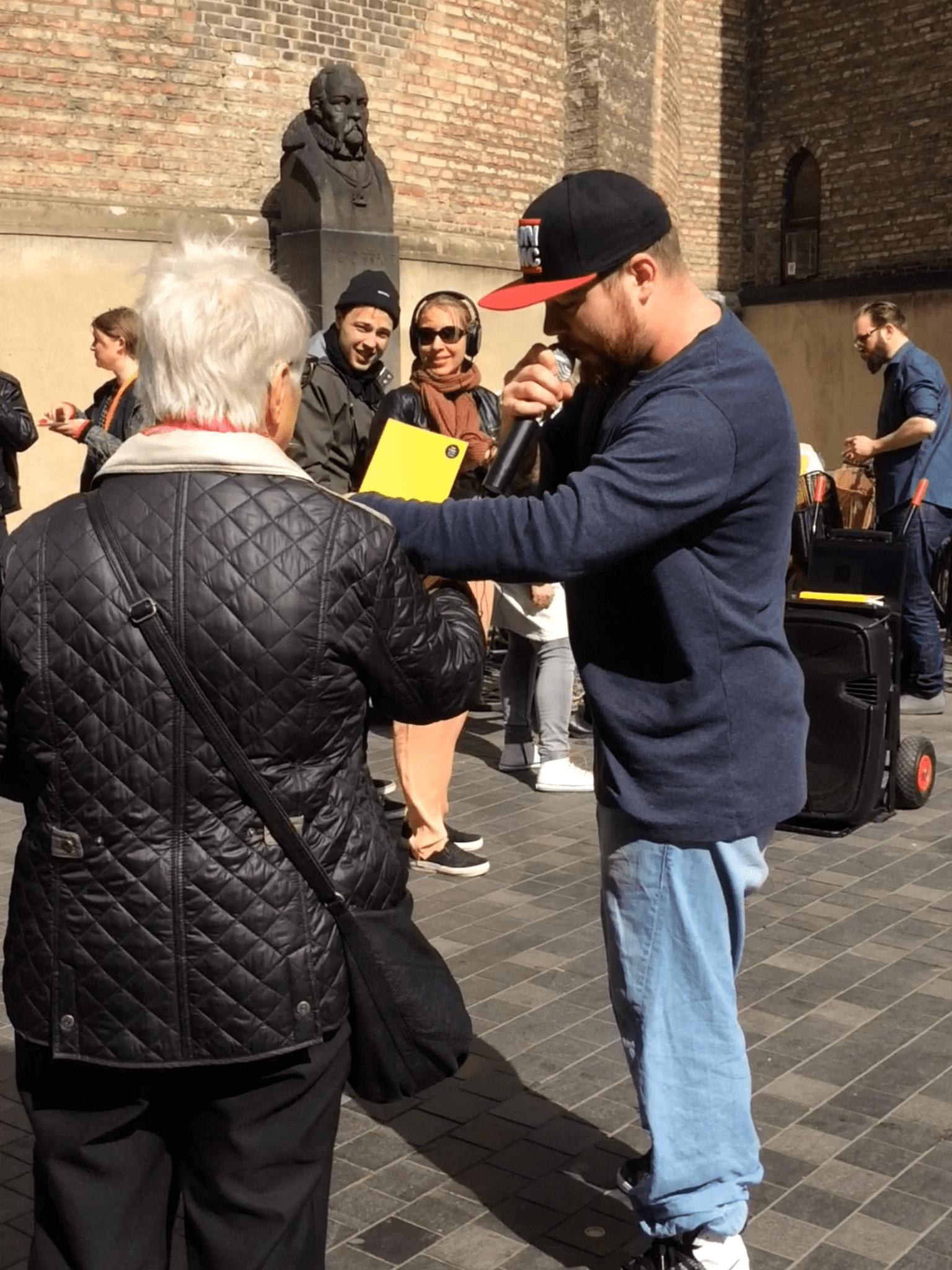 Rapperen Fresco deler bøger og rim ud på Strøget, i anledningen af Danmark Læser 2015.