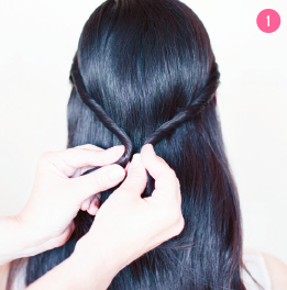 Børst håret. Tag to mindre totter i siderne, og sno dem. Saml de to snoninger til en halv hestehale med en latex-elastik.