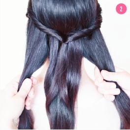 Del alt håret i tre lange totter. Den midterste tot skal også indeholde hestehalen.