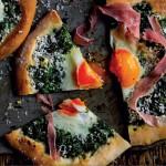 Jamie Olivers små pizzaer med spinat, prosciutto og æg