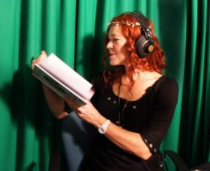 Joan Ørting indlæser lydbog i studiet.
