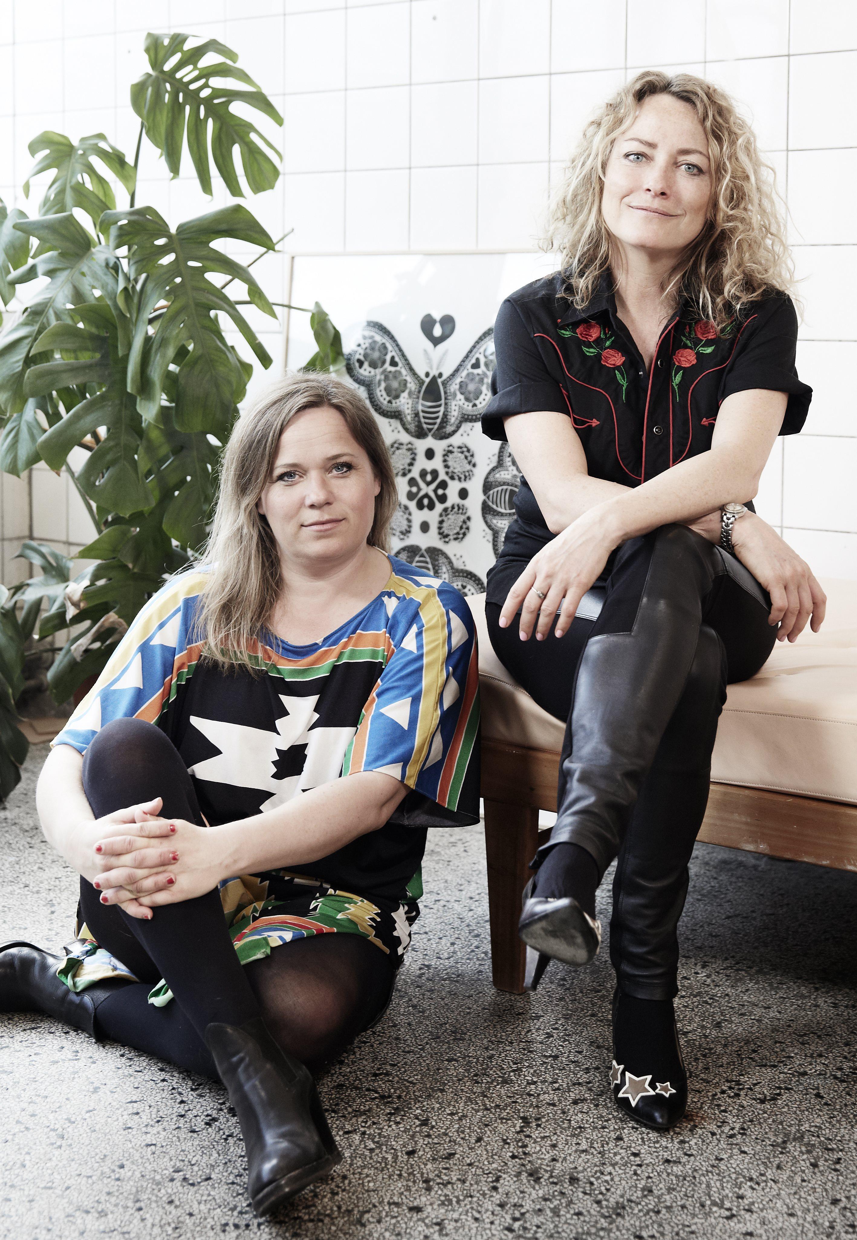 Kvinderne bag SØD TØS, som er en venindeboge til voksne: Lisa Grue og Maise Njor (Foto: Tine Harden)