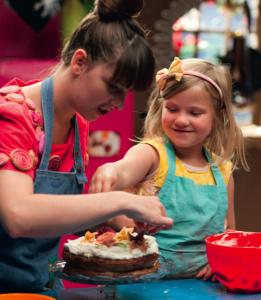 Rosa og Alvida laver kage