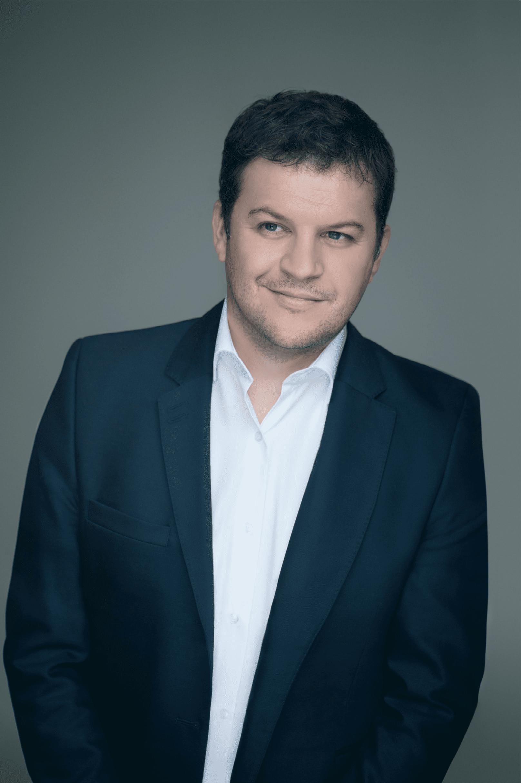 Guillaume Musso er født og opvokset i Frankrig og er uddannet økonom. Efter en bilulykke blev han interesseret i nærdødsoplevelser og begyndte at skrive på en roman om en mand, som vender tilbage til livet efter døden. Bogen udkom i 2004 og blev en øjeblikkelig succes – den solgte over 1 million eksemplarer alene i Frankrig og er siden blevet oversat til 23 sprog. Foto: Emanuele Scorcelletti