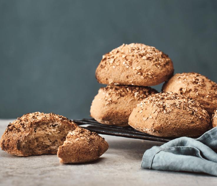 For lidt over to år siden, tog Claus Meyer og hans bageskoler fat i det glutenfrie bageri, og det er nu blevet til en kogebog, der er blevet æltet igennem igen og igen.